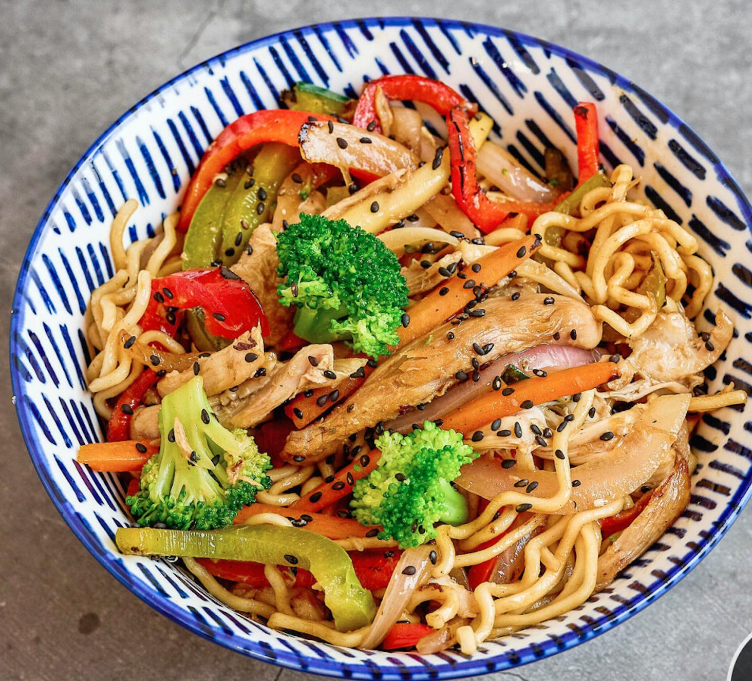 Yakisoba de pollo y verduras